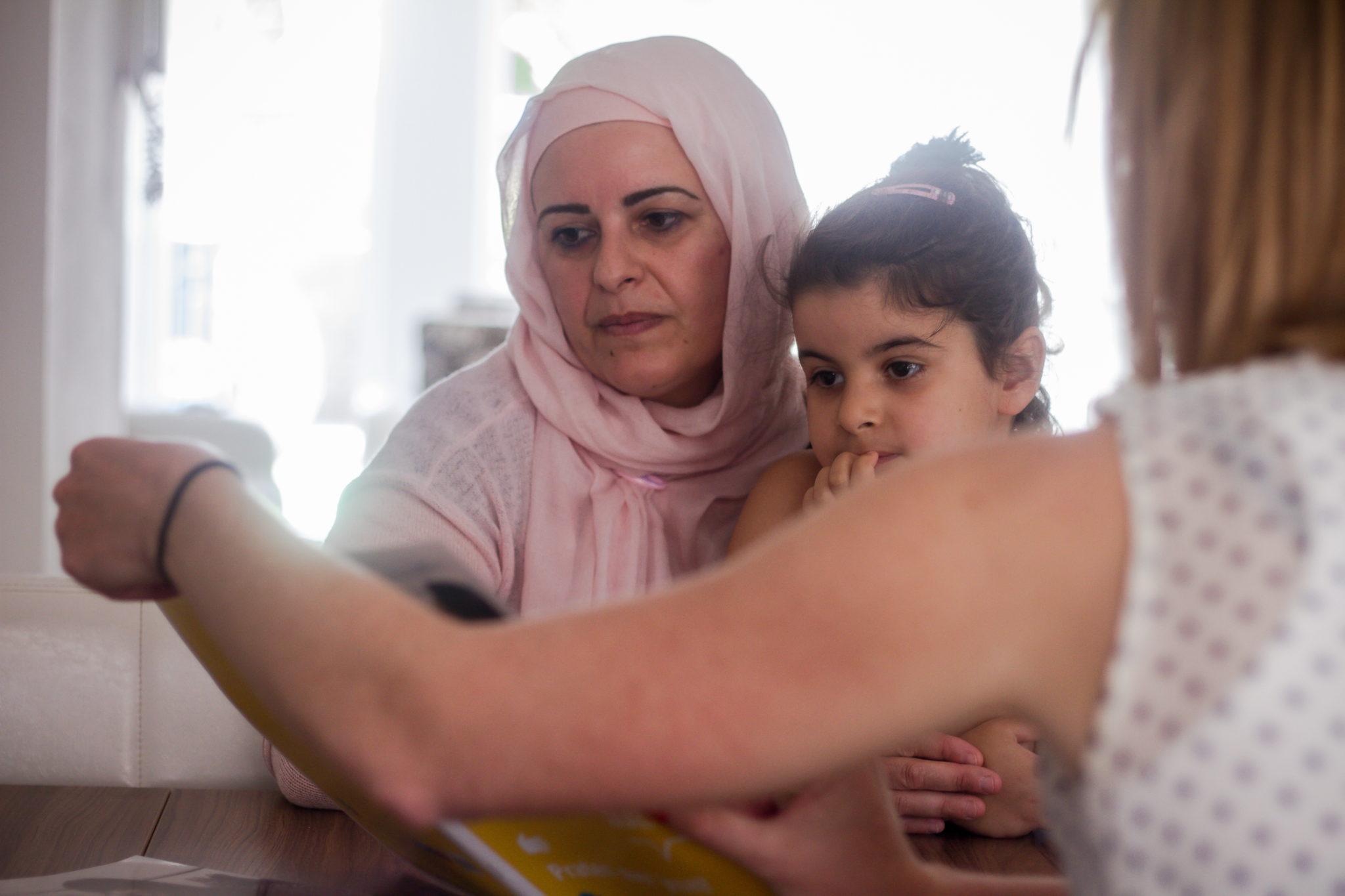 moeder en kind krijgen les