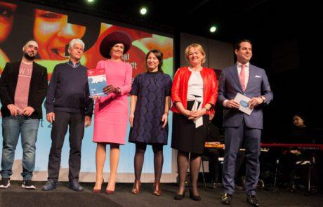 Koningin Máxima ontvangt jubileumboek Het Begint met Taal