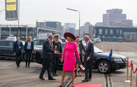 Koningin Máxima arriveert bij Het Begint met Taal