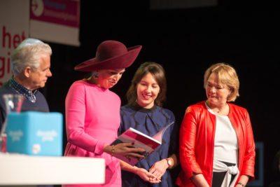 Koningin Máxima bekijkt jubileumboek