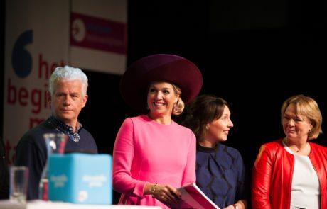 Koningin Máxima ontvangt jubileumboek